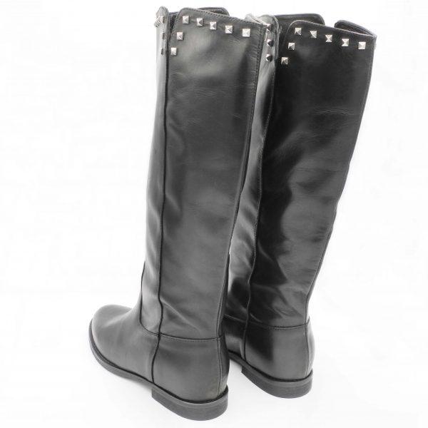 stivali-in-pelle-nera-con-rialzo-interno-e-borchiette-argentate
