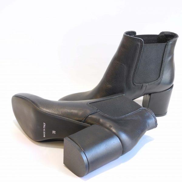 stivaletti-in-pelle-nera-con-elastici-e-tacco-medio-largo