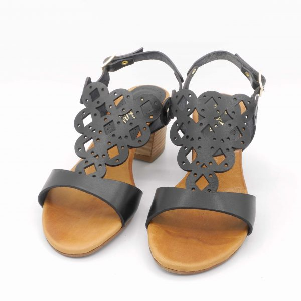 sandalo-con-tacco-medio-in-pelle-nera
